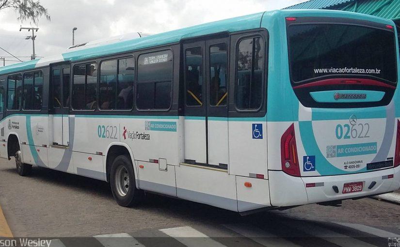 Frota de ônibus de Fortaleza recebe adesivos de alerta, indicando pontos cegos